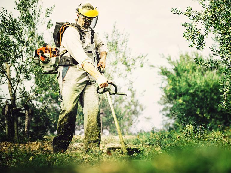 pracownik kosi trawnik